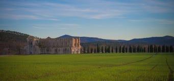 Solnedgång på den San Galgano abbotskloster, Tuscany royaltyfri fotografi