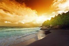 Solnedgång på den Seychellerna stranden royaltyfri bild