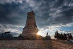 Solnedgång på den Shipka monumentet, Bulgarien royaltyfria foton