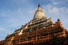 Solnedgång på den Shwesandaw templet i gamla Bagan, Myanmar Arkivfoto