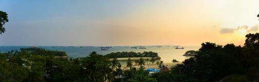Solnedgång på den Siloso stranden, Sentosa ö, Singapore Royaltyfria Foton