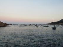 Solnedgång på den sjöfarande kusten royaltyfri foto