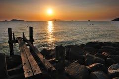 Solnedgång på den steniga fjärden Fotografering för Bildbyråer