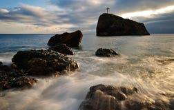Solnedgång på den steniga havskusten Arkivfoton