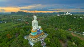solnedgång på den stora Buddha av Wat Nong Hoi Royaltyfri Bild