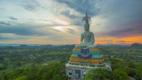 solnedgång på den stora Buddha av Wat Nong Hoi Royaltyfri Fotografi