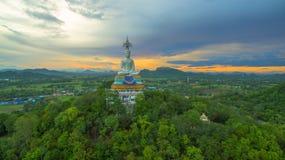 solnedgång på den stora Buddha av Wat Nong Hoi Arkivbild