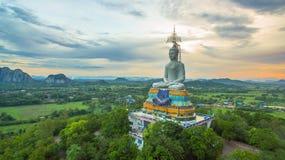 solnedgång på den stora Buddha av Wat Nong Hoi Arkivfoton
