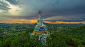 solnedgång på den stora Buddha av Wat Nong Hoi Arkivbilder