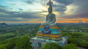 solnedgång på den stora Buddha av Wat Nong Hoi Royaltyfri Foto