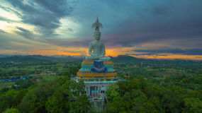 solnedgång på den stora Buddha av Wat Nong Hoi Royaltyfria Bilder