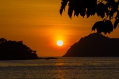 Solnedgång på den Surin ön Royaltyfri Fotografi