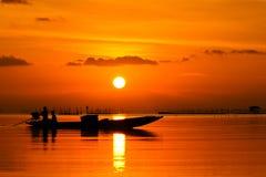 Solnedgång på den sydliga laken Thailand. Arkivfoton