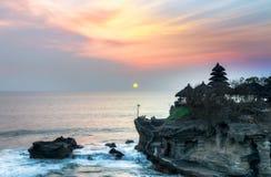 Solnedgång på den Tanah lotttemplet, Bali ö, Indonesien Arkivfoton