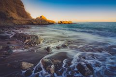 Solnedgång på den Terranea stranden royaltyfria bilder