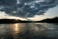 Solnedgång på den Teslin floden i det Yukon territoriet, Kanada Royaltyfri Foto
