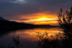 Solnedgång på den Teslin floden i det Yukon territoriet, Kanada Royaltyfria Foton