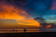 Solnedgång på den tropiska stranden Seminyak Arkivfoton