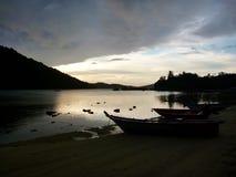 Solnedgång på den tropiska strandsemesterorten Arkivbilder