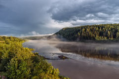 Solnedgång på den Ural floden Arkivbild