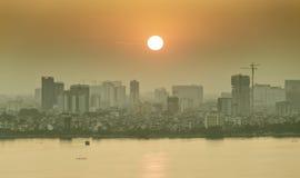 Solnedgång på den västra sjön, Hanoi, Vietnam Royaltyfri Bild