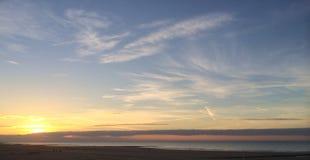 Solnedgång på den Westende stranden Arkivbilder