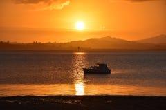 Solnedgång på den Whangarei stranden Royaltyfria Bilder