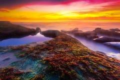 Solnedgång på den Windansea stranden arkivbilder