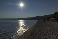 Solnedgång på den Xiropotamos stranden i Grekland arkivbild