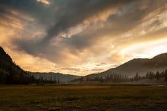 Solnedgång på den Yellowstone nationalparken i Wyoming royaltyfri fotografi