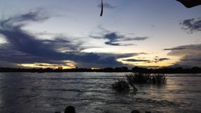 Solnedgång på den Zambezi River vattenframdelen Zambia Arkivfoton