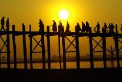 Solnedgång på denBen bron med myanmar folk, Amarapura, Mandalay, Arkivbilder