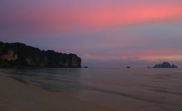 Solnedgång på det Andaman havet, Thailand Royaltyfria Foton