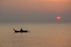 Solnedgång på det Andaman havet, Thailand Arkivfoton
