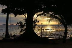 Solnedgång på det Andaman havet, Trang landskap, Thailand Royaltyfria Bilder