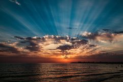 Solnedgång på det Caspic havet arkivfoto