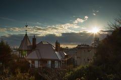 Solnedgång på det Kobe vindflöjelhuset Arkivfoto