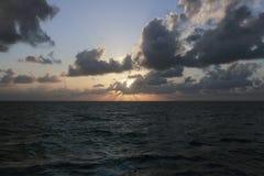 Solnedgång på det kubanska havet royaltyfri bild