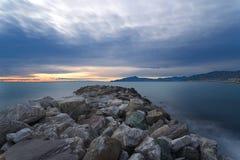 Solnedgång på det Ligurian havet - den Tigullio golfen - lång exponering Royaltyfri Bild
