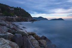 Solnedgång på det Ligurian havet - den Tigullio golfen - lång exponering Royaltyfri Fotografi