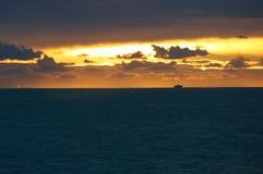 Solnedgång på det Ligurian havet - Tigullio golf Royaltyfri Fotografi