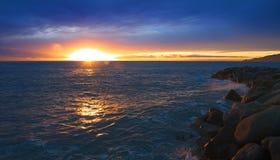 Solnedgång på det Ligurian havet - Tigullio golf Arkivbild