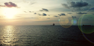 Solnedgång på det lugna havet Arkivfoton