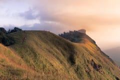 Solnedgång på det måndag jongberget Arkivfoton