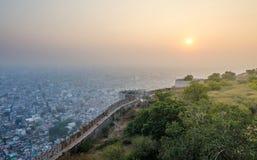 Solnedgång på det Nahargarh fortet och wiew till den Jaipur staden Arkivbilder
