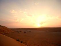 Solnedgång på det Wahiba ökenlägret, Oman Arkivbild