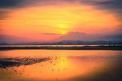 Solnedgång på dramatisk himmel över berget Royaltyfria Foton