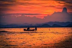 Solnedgång på dramatisk himmel över berget och havet Fotografering för Bildbyråer