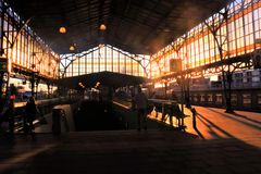 Solnedgång på drevstationen arkivfoto