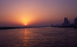 Solnedgång på Dubai Creek Arkivfoto